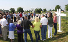 "<div class=""source"">Stevie Lowery</div><div class=""image-desc"">The group gathered together, held hands, and recited the ""Lord's Prayer."" </div><div class=""buy-pic""><a href=""http://web2.lcni5.com/cgi-bin/c2newbuyphoto.cgi?pub=015&orig=05-28-14_50_year_wreck_anniv_pic_4.jpg"" target=""_new"">Buy this photo</a></div>"