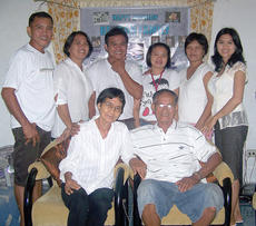 """<div class=""""source""""></div><div class=""""image-desc"""">Elma Simpson (back row, far right) is pictured with her family in the Philippines during a reunion. </div><div class=""""buy-pic""""></div>"""