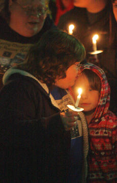"<div class=""source"">Stephen Lega</div><div class=""image-desc"">Anita Elder kisses her niece, Alicia Ewing, during last week's candlelight vigil. The late Anthony Rakes was Elder's brother and Ewing's uncle. </div><div class=""buy-pic""><a href=""http://web2.lcni5.com/cgi-bin/c2newbuyphoto.cgi?pub=015&orig=11-20-13_rakes_vigil-pic_1.jpg"" target=""_new"">Buy this photo</a></div>"