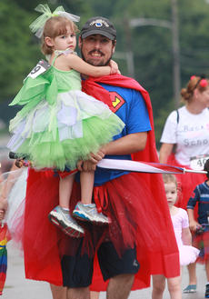 "<div class=""source"">Stephen Lega</div><div class=""image-desc"">Superdad Daniel Spurling carries his daughter, Sarah, 4, halfway through the race.</div><div class=""buy-pic""><a href=""/photo_select/28731"">Buy this photo</a></div>"