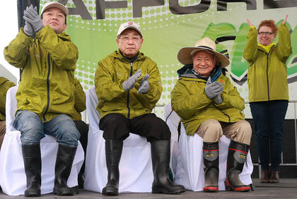 TGNA President Toru Koyama, Toyoda Gosei Chairman Hajime Wakayama, Professor Akira Miyawaki world renowned Botanist, TGNA Senior Specialist Lisa Owens applaud to show their appreciation for the volunteers who turned out for the afforestation event.