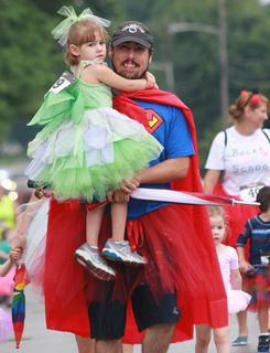 Superdad Daniel Spurling carries his daughter, Sarah, 4, halfway through the race.