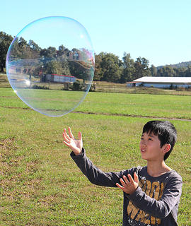 Goto Masaharu prepares to catch a bubble.