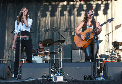Musical acts performed throughout the day in the festival area, including the duo Aly'An.