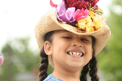 Larya Porter wore a hat covered by flowers.