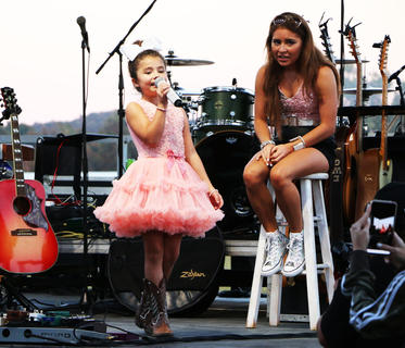 Dyxie performs her favorite song 'Redneck Woman' while Layla takes a break at her Friday night show.