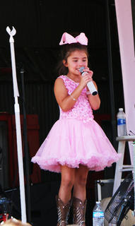 Layla's little sister, Dyxie, gave Layla a rest and sang a song for her adoring crowd.